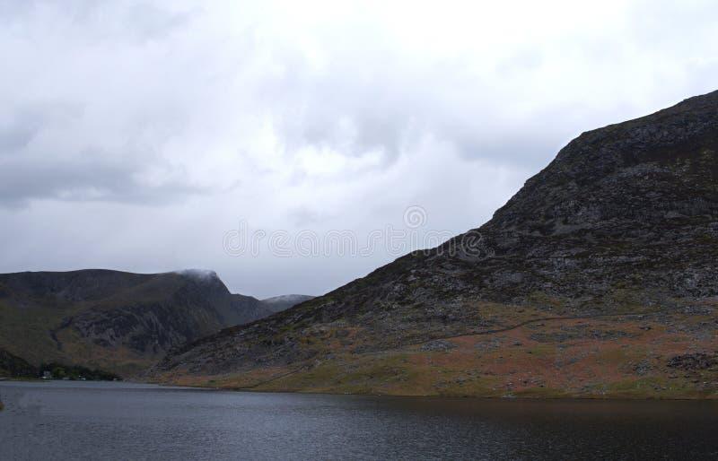 Gales norte Llyn Ogwen um lago da fita fotografia de stock