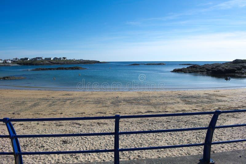 Gales norte, o recurso da baía de Tearddhur Uma vista para fora ao Mar da Irlanda foto de stock