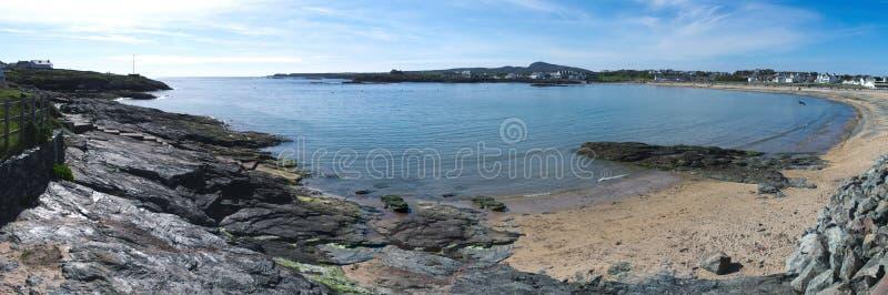Gales norte Um panorama da baía de Trearddhur fotos de stock