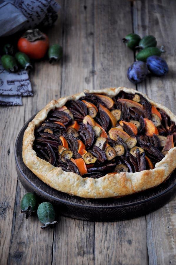 Galetta Open fruitcake met een feijoa, dadelpruim, pruim royalty-vrije stock foto's