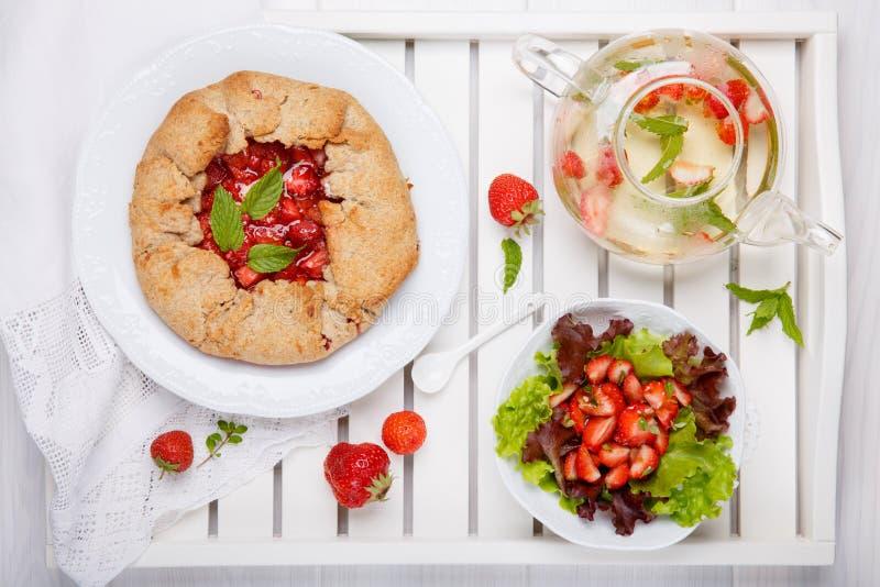 Galette φραουλών, σαλάτα θερινών φρούτων και τσάι χορταριών Σπιτική υγιής wholegrain ανοικτή πίτα μούρων Φρούτα ξινά r στοκ φωτογραφίες