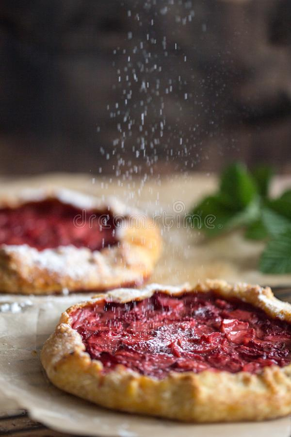 Galette da morango, padaria caseiro, pastelaria, sobremesa do verão foto de stock