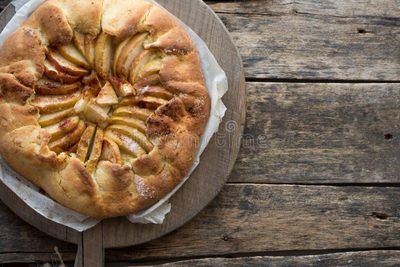 Galette di Apple, torta di mele, crostata con cannella sullo scaffale di raffreddamento su un fondo di legno Spazio della copia d fotografia stock