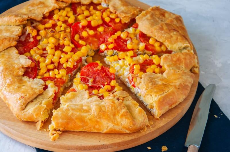 Galette do tomate e do milho doce em uma placa de madeira Fim acima branco fotos de stock