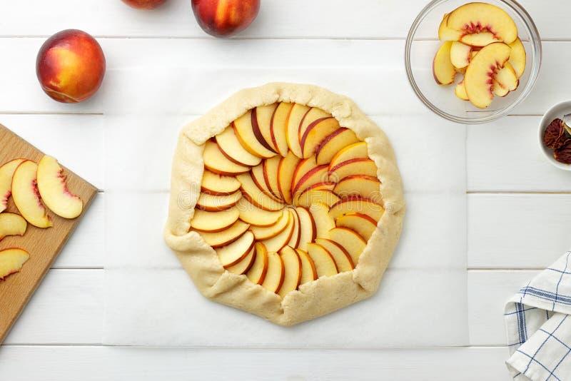 Galette o torta graduale di ricetta con le nettarine Pasta con il riempimento pronto da cuocere fotografia stock libera da diritti