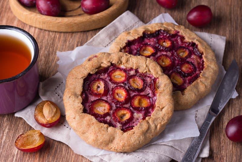 Galette ou torta da ameixa com as ameixas nuts e frescas em um fundo de madeira foto de stock royalty free
