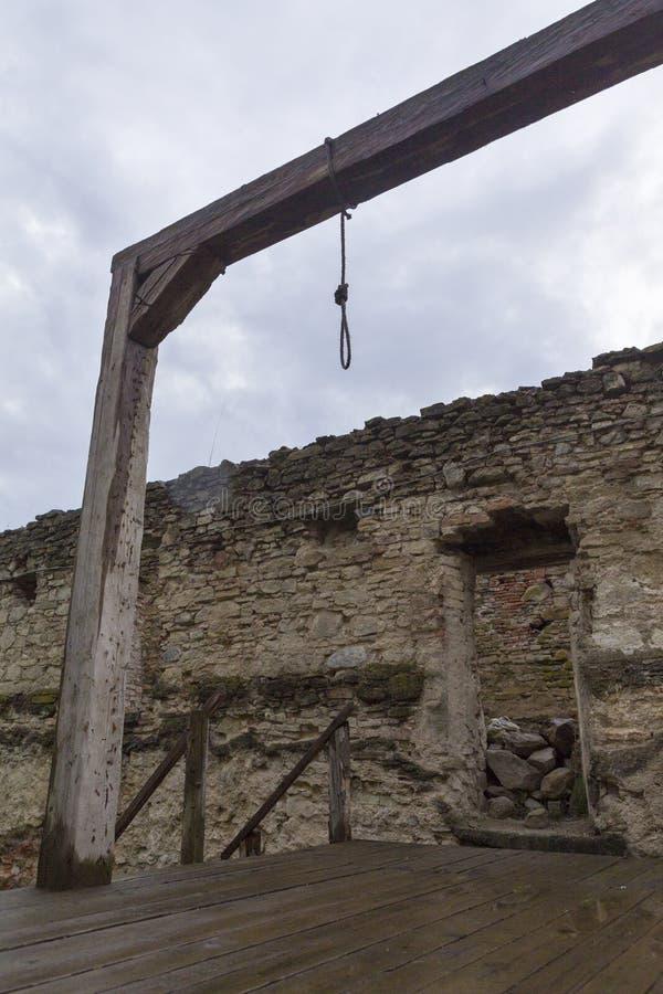 Galgen und Ruinen von Fagaras-Festung stockfotografie