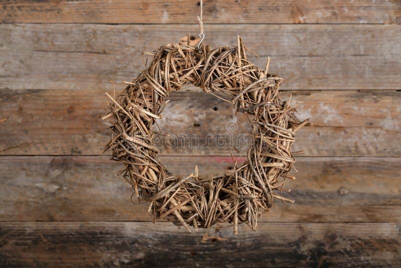 Galhos naturais da grinalda redonda do Natal no fundo rústico velho fotos de stock