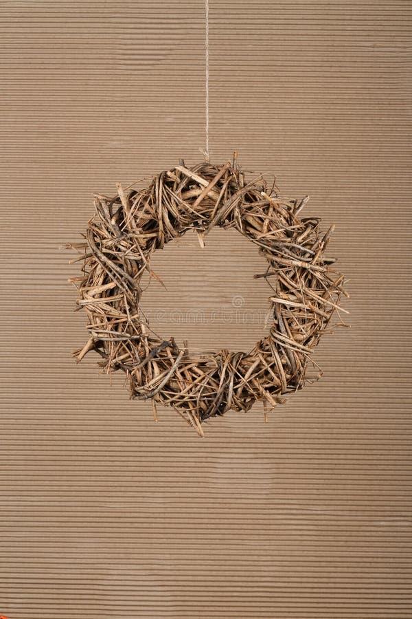 Galhos naturais da grinalda redonda do Natal no fundo velho do cartão foto de stock