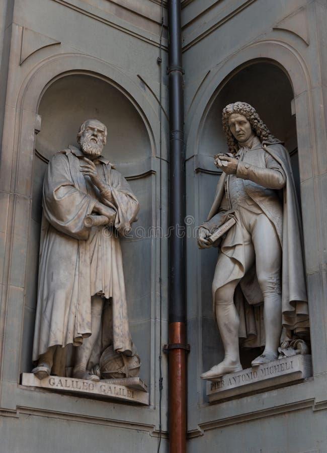 Galileo Galilei e Pier Antonio Micheli Statue nella galleria di Uffizi, Firenze, Toscana, Italia immagine stock libera da diritti