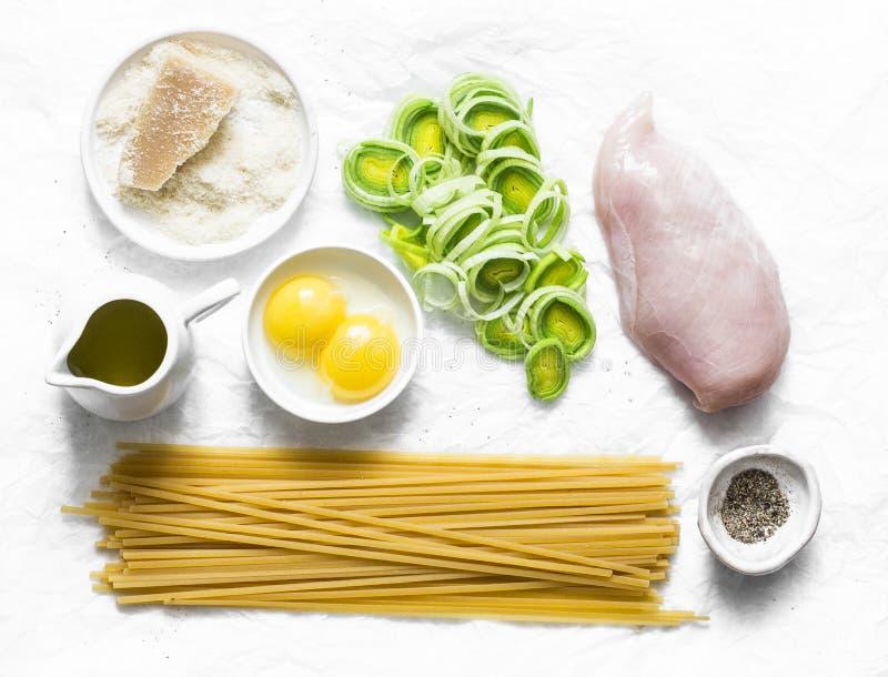 Galinha, alho poró, massa do linguine, queijo parmesão, gemas de ovos, azeite - ingredientes para cozinhar a massa do carbonara imagens de stock