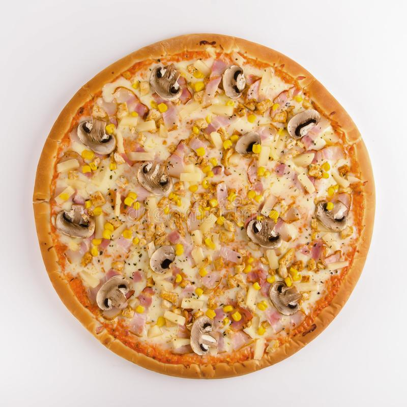 Galinha, bacon, cogumelos, abacaxi e milho da pizza em um b branco fotos de stock royalty free