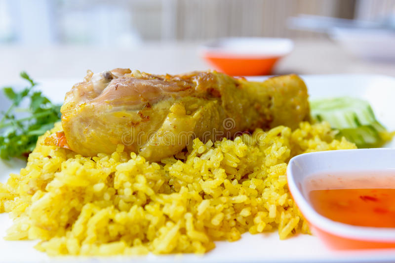 Galinha Biryani com chutney verde, alimento islâmico foto de stock royalty free