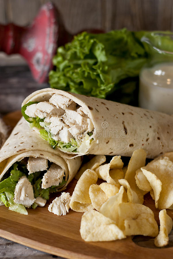 Galinha Caesar Wrap With Potato Chips imagem de stock royalty free
