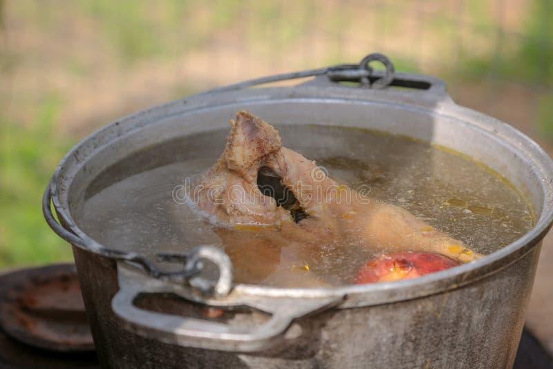 A galinha cola fora da bandeja com caldo quente como um símbolo do colapso das esperanças, bummer, o fim da vida, troubl irrepará imagens de stock