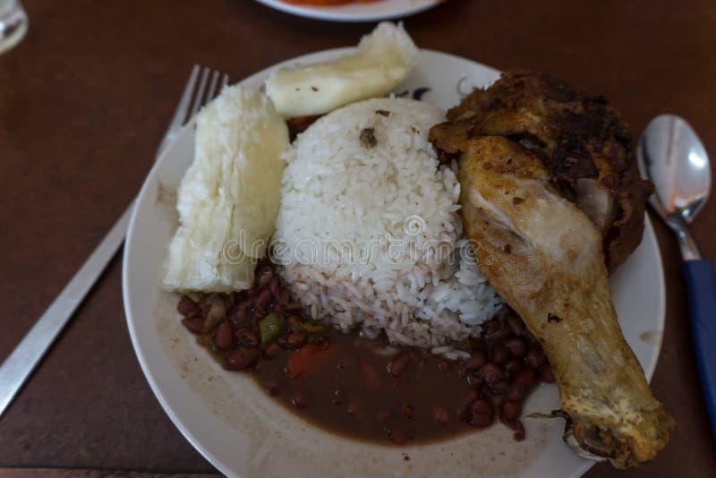 Galinha com arroz e os feijões pretos, alimento cubano típico imagem de stock