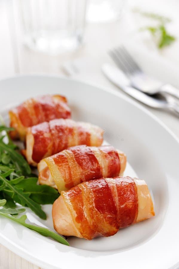 Galinha com bacon grelhado fotografia de stock royalty free