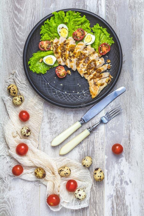 A galinha com mel e a mostarda salmouram, alface, ovos de codorniz, tomates de cereja fotografia de stock