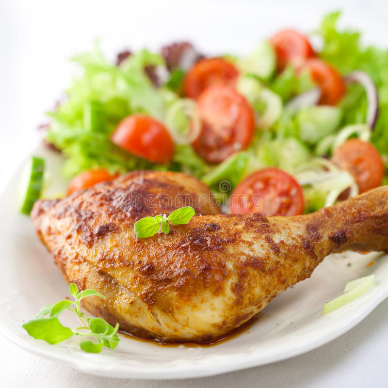 Galinha com salada e ervas foto de stock royalty free