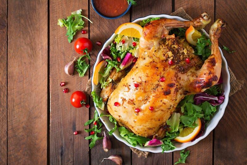 Galinha cozida enchida com arroz para o jantar de Natal em uma tabela festiva imagem de stock
