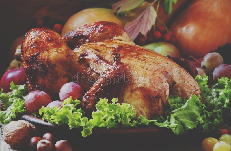 Galinha cozida festiva com bagas, frutos, porcas e vege do outono imagem de stock