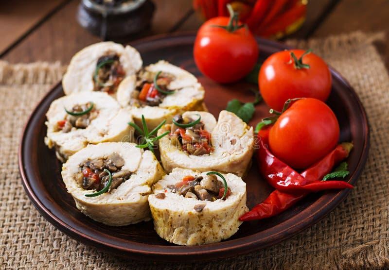 A galinha cozida rola com cogumelos e paprika fotografia de stock royalty free