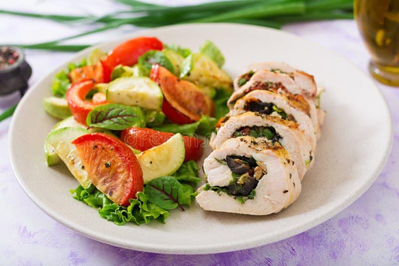 A galinha cozida rola com verdes e azeitonas imagem de stock royalty free