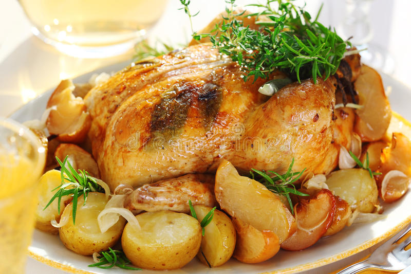 galinha de assado com vegetais imagens de stock
