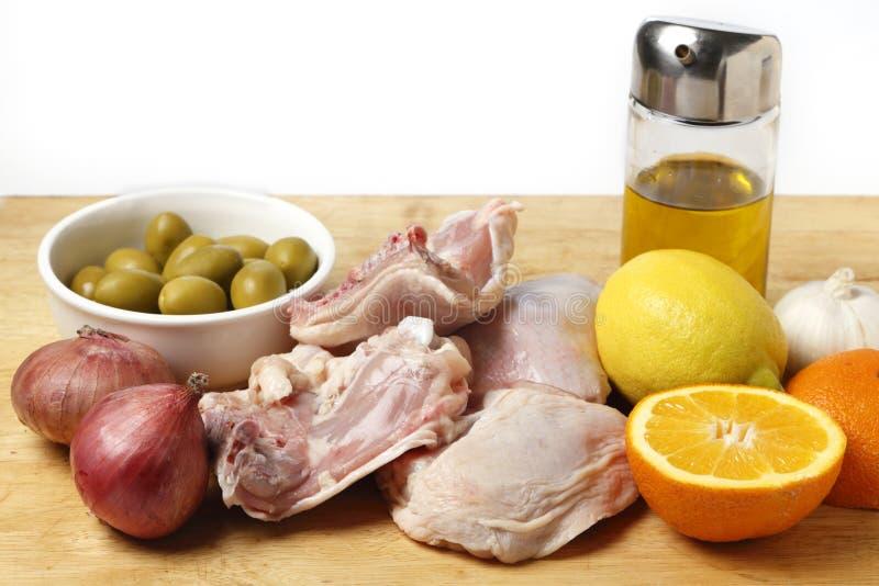 Galinha do citrino com os ingredientes da receita das azeitonas fotografia de stock royalty free
