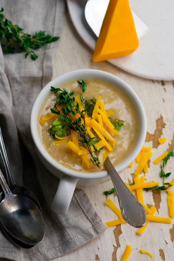 Galinha do queijo Cheddar dos brócolis e sopa da bolinha de massa fotografia de stock royalty free