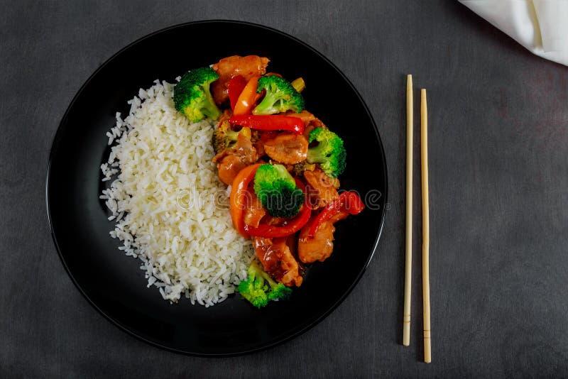 galinha do teriyaki e fritada da agitação dos brócolis com foco seletivo do arroz imagens de stock