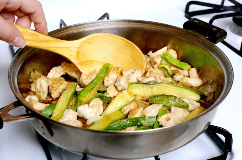 A galinha e o zucchini agitar-fritam fotos de stock royalty free