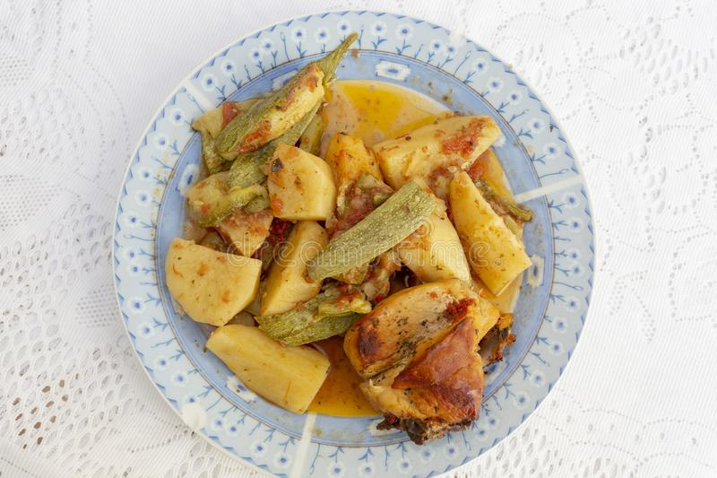 Galinha e vegetais de Cretan de cima imagens de stock royalty free