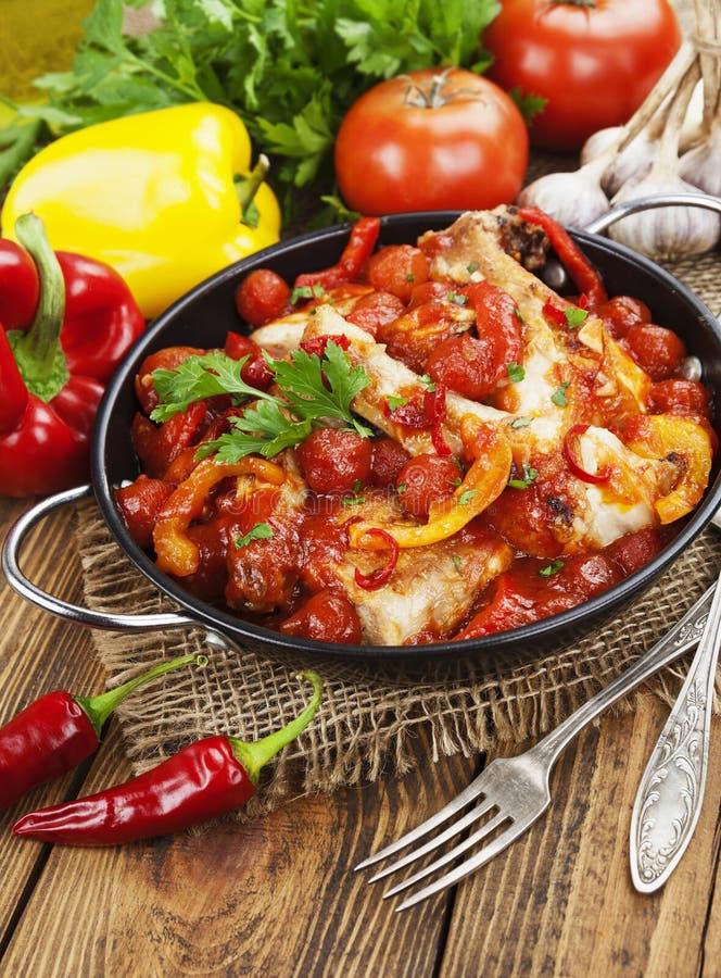 Download Galinha Em Um Molho Do Tomate E Da Pimenta Foto de Stock - Imagem de prato, cookery: 65579716
