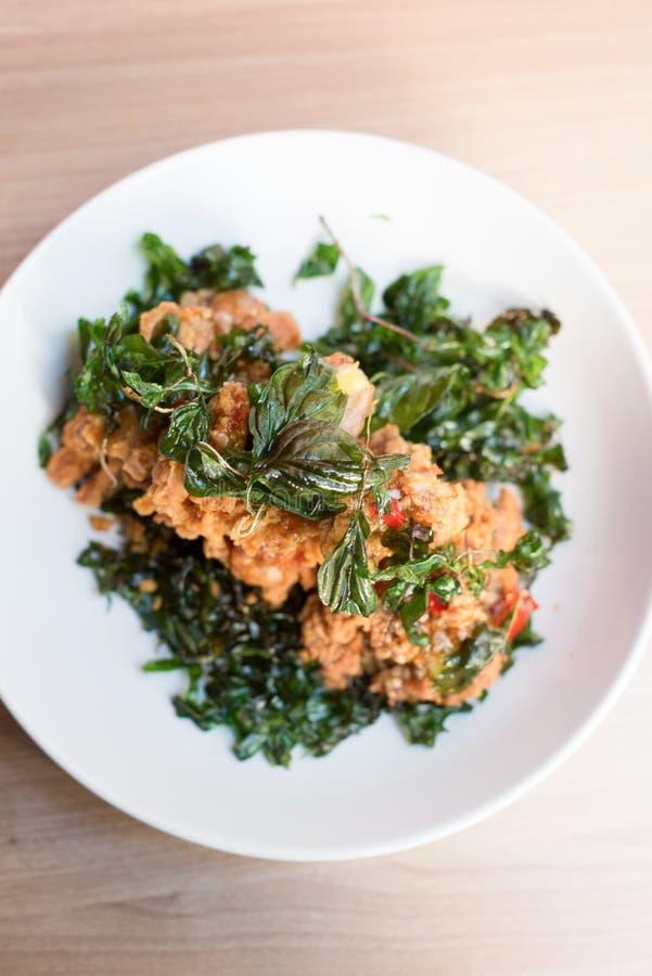 A galinha friável e a agitação da manjericão fritaram, alimento tailandês fotos de stock