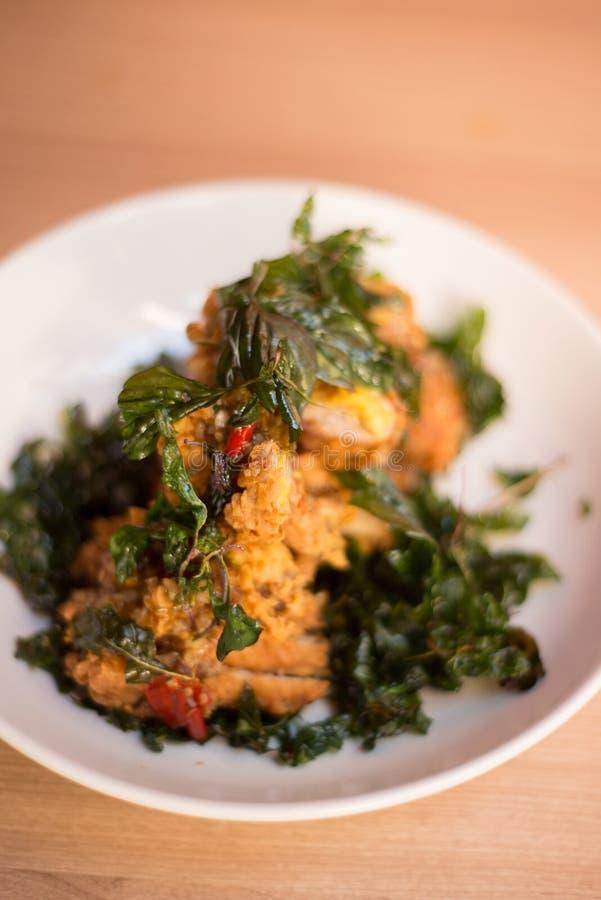 A galinha friável e a agitação da manjericão fritaram, alimento tailandês fotos de stock royalty free
