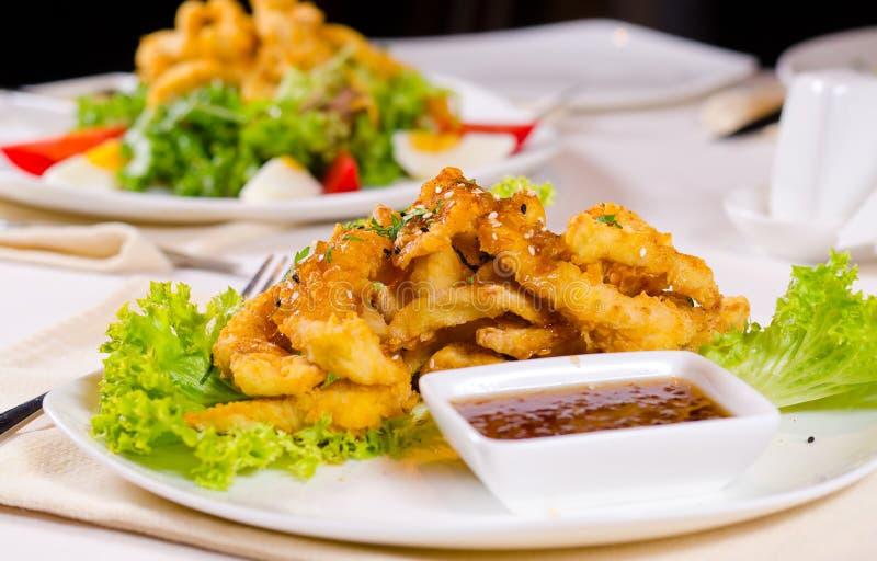 Galinha friável gourmet da fritada com Chili Sauce foto de stock royalty free
