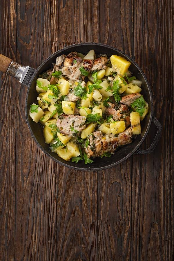 A galinha fritada, batata doce, cunhas da batata, carne picada, batatas trituradas, carne triturada, bacon da carne, olho do refo imagens de stock