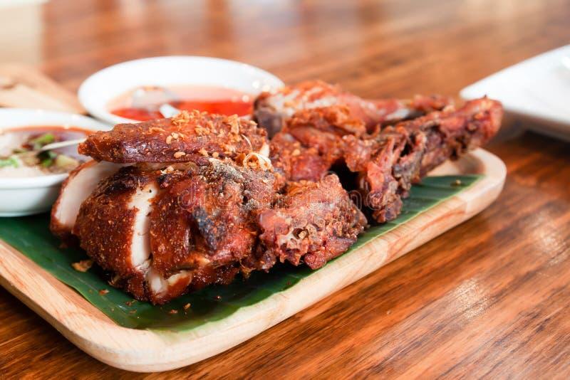 Galinha grelhada com molho picante, alimento tailandês do estilo, alimento da rua foto de stock royalty free
