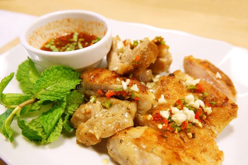 A galinha grelhada na placa e no molho picante, denomina o alimento tailandês imagens de stock