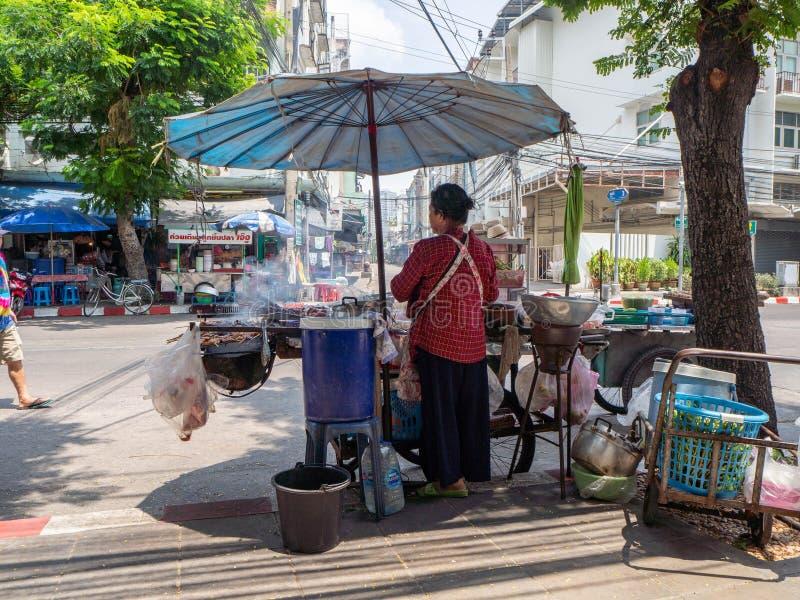 A galinha grelhada salada da papaia grelhou o alimento da rua dos peixes, Banguecoque, Tailândia imagem de stock royalty free