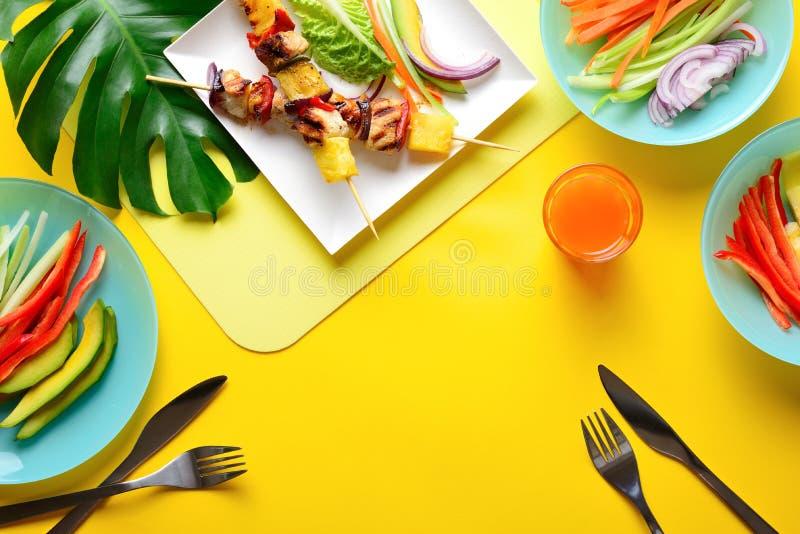 Galinha havaiana conceito grelhado do alimento do verão do no espeto fotos de stock royalty free