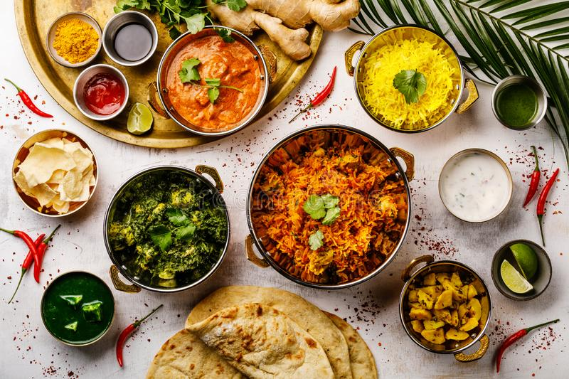 Galinha indiana da manteiga do caril do alimento, Palak Paneer, Chiken Tikka, Biryani, Papad, Dal, arroz com pão do açafrão e do  fotos de stock