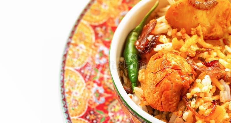 A galinha indiana Halal Biryani serviu com o raita do tomate do iogurte sobre o fundo branco Foco seletivo imagens de stock