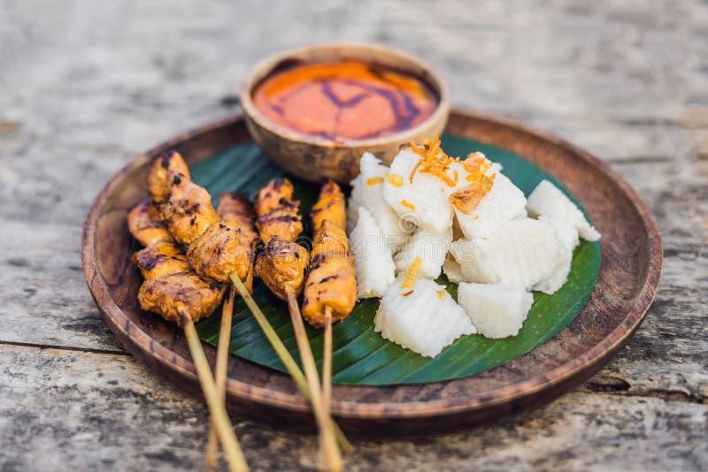 A galinha indonésia satay ou sacia Ayam serviu com alimento do estilo de vida do lontong, do molho de soja e do molho do amendoim foto de stock