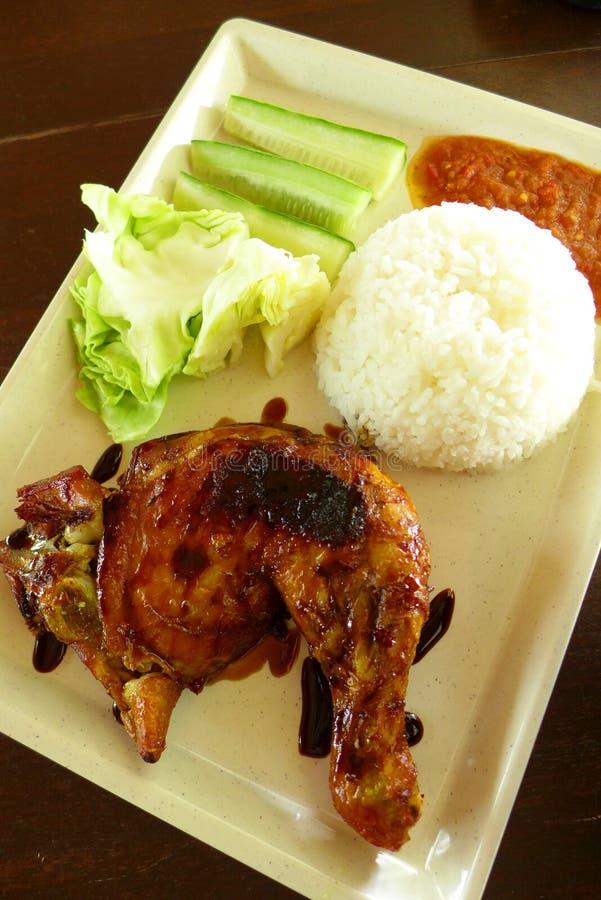 Galinha Lalapan - galinha grelhada & salada crua fotos de stock