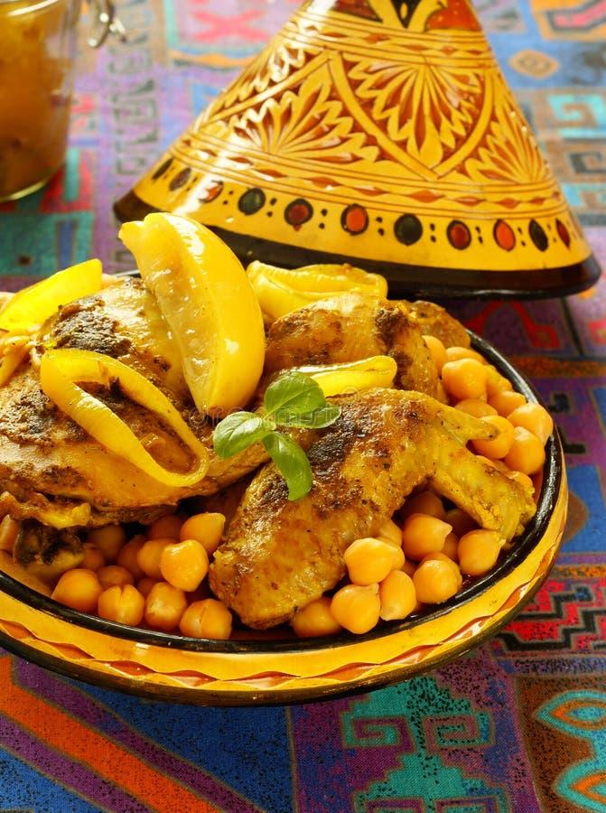 Galinha marroquina com grãos-de-bico e limões foto de stock royalty free