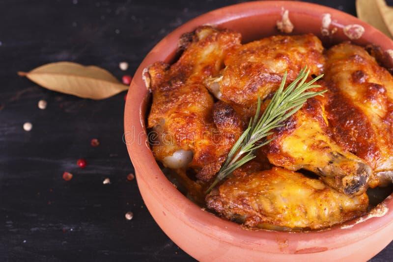 Galinha no molho de paprika cozido no forno na cerâmica Pés de galinha e wings fotos de stock royalty free