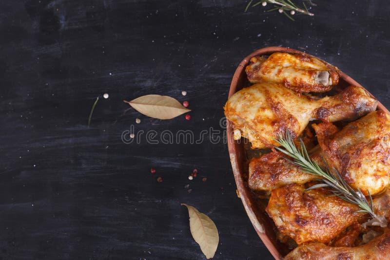 Galinha no molho de paprika cozido no forno na cerâmica Pés de galinha e wings imagens de stock