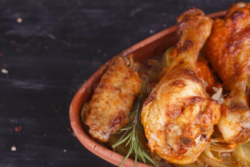Galinha no molho de paprika cozido no forno na cerâmica Pés de galinha e wings fotografia de stock